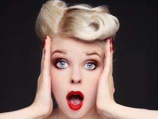 обои Удивление голубоглазой блондинки фото