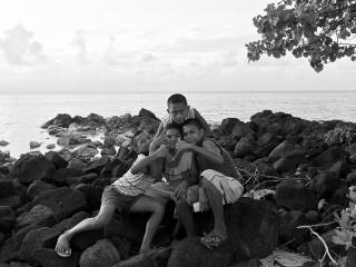обои Детская дружба на берегу моря фото