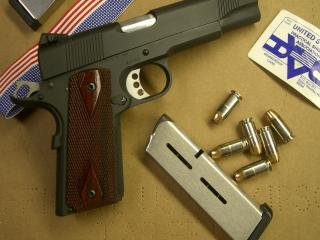 обои Пистолет кольт,   обойма,   патроны фото