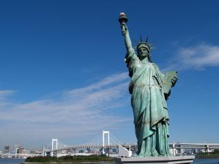 обои Символ США на фоне города и голубого неба фото
