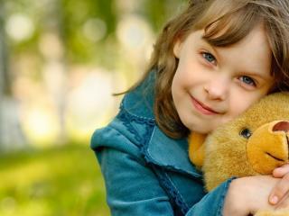 обои Девочка с  мишкой фото