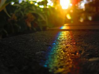 обои Радужное отражение  солнца на асфальте фото