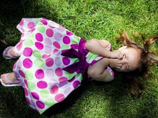 обои Девочка в платье в горох закрыла лицо руками фото