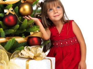 обои Девочка у елки с  подарками фото