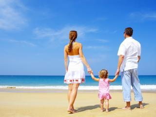 обои Семья около моря с ребенком фото
