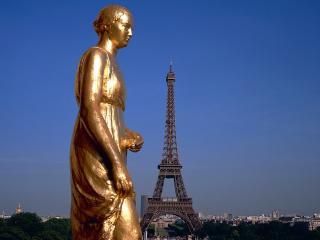 обои Золотистая статуя на фоне Эйфелевой башни фото