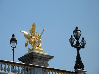 обои Золотистый памятник на пьедестале фото