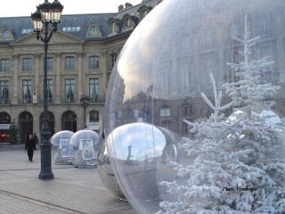 обои Прозрачные шары с фигурками и елками внутри фото