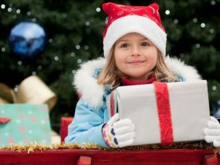 обои Девочка с новогодним подарком фото