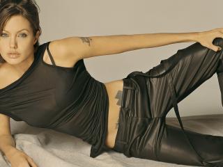 обои Jolie в кожаных брюках и черной майке фото