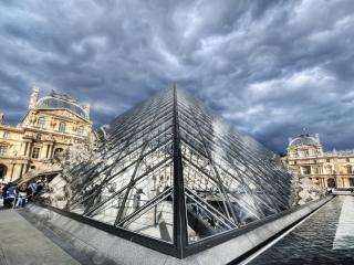 обои Стеклянная крыша входа в Лувр фото
