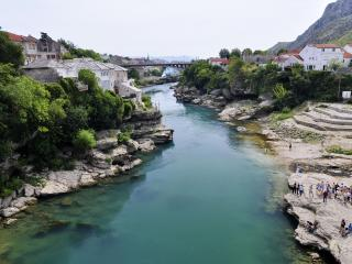 обои для рабочего стола: Голубая река средь камней