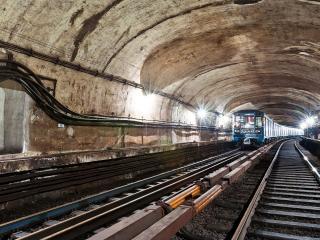 обои Поезд метро в подземке фото