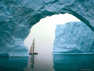 обои Яхта между айсбергами фото