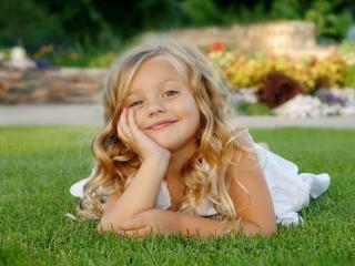 обои Маленькая красавица на травке фото