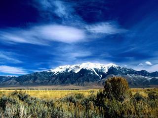 обои Снежная гора под синим небом фото