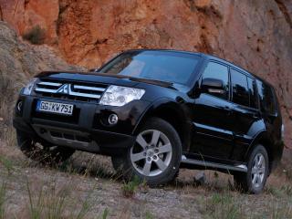обои Mitsubishi - Pajero черного цвета на фоне горы фото