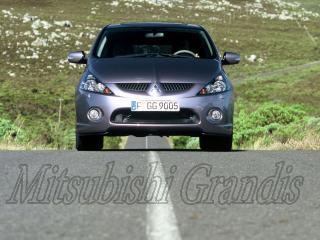 обои Mitsubishi Grandis на фоне длиной дороге фото