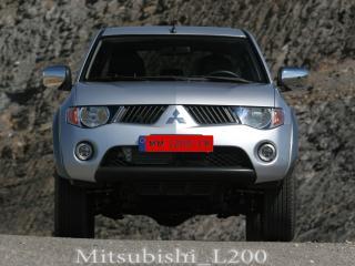 обои Mitsubishi L200 с красными номерами и логотипом фото