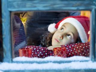 обои New Year,   маленькая девочка у окошечка фото