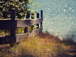 обои Деревянный забор на берегу реки фото