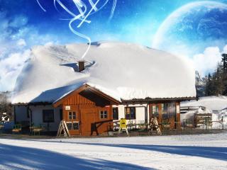 обои Заснеженный домик в горах,  воздушный шар фото