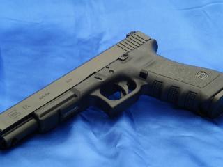 обои Пистолет  глок-17л,   синий фон фото