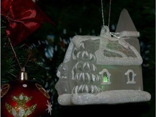 обои Новогодний домик на елке фото