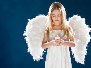 обои Девочка ангел со  свечей фото