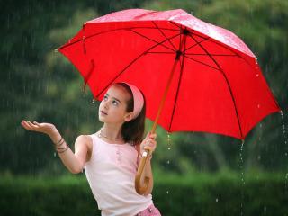 обои Девочка с красным зонтиком под дождем фото