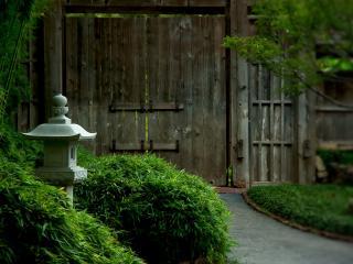 обои Деревяные ворота ухоженного особняка фото
