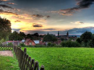 обои Изгородь,   лужайка,   вид на старинный город фото