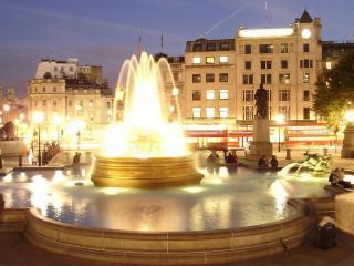 обои Вечерний фонтан с подсветкой фото