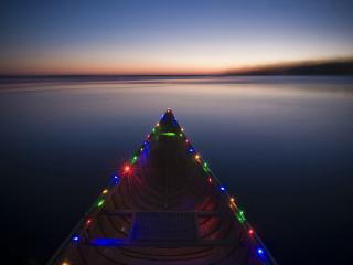 обои Лодка в огнях на реке фото