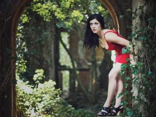 обои Брюнетка в красном платье и высоких каблуках на природе фото