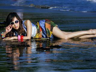 обои Девушка в очках лежит в воде фото