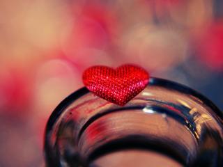 обои Красное сердечко на банке фото
