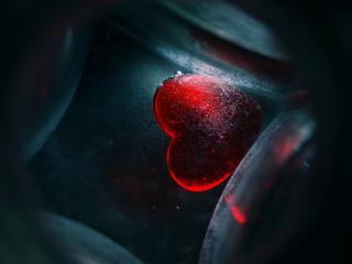 обои Красное стекляное сердце фото