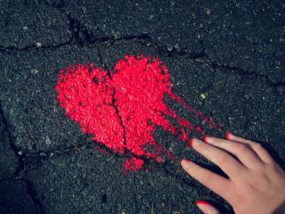 обои Нарисованное краской сердце на асфальте фото