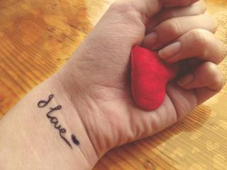 обои Сердечко в руках и надпись на руке- я люблю фото
