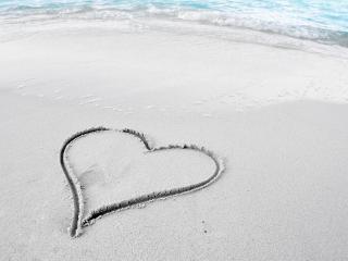 обои Сердечко на песке фото
