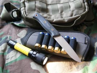 обои Нож,   патроны,   камуфляж и фонарь фото