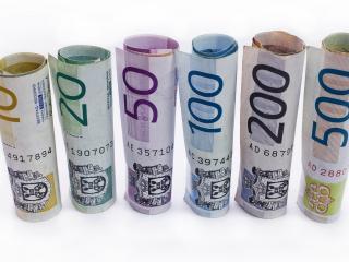 обои Евро разного достоинства свернутые в трубочку фото