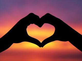 обои Сердечко руками на закате фото