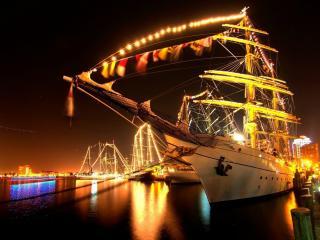 обои Парусная яхта в ночных огнях фото