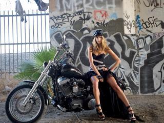обои Девушка в фуражке сидит на мотоцикле фото