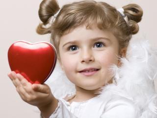 обои Маленькая девочкаа,   ангел с сердечком фото