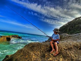 обои Юный рыбак с удочкой фото