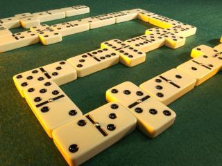 обои Игра домино,   кости на зеленом сукне фото