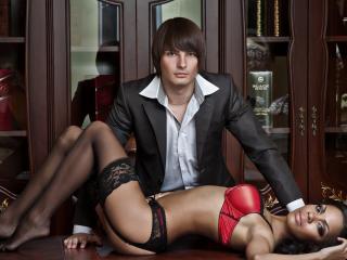 обои Парень и девушка на столе фото